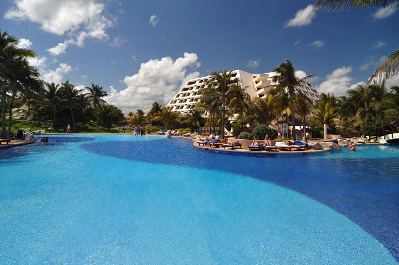 Плавательный бассейн на территории отеля