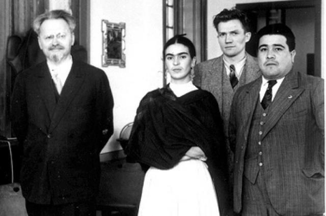 Троцкий с обитателями дома Диего Риверо