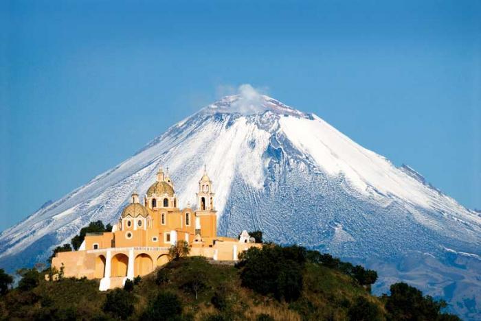 Оказавшись на склонах вулкана, многие путешественники не упускают возможности посетить хотя бы некоторые из 14-ти монастырей