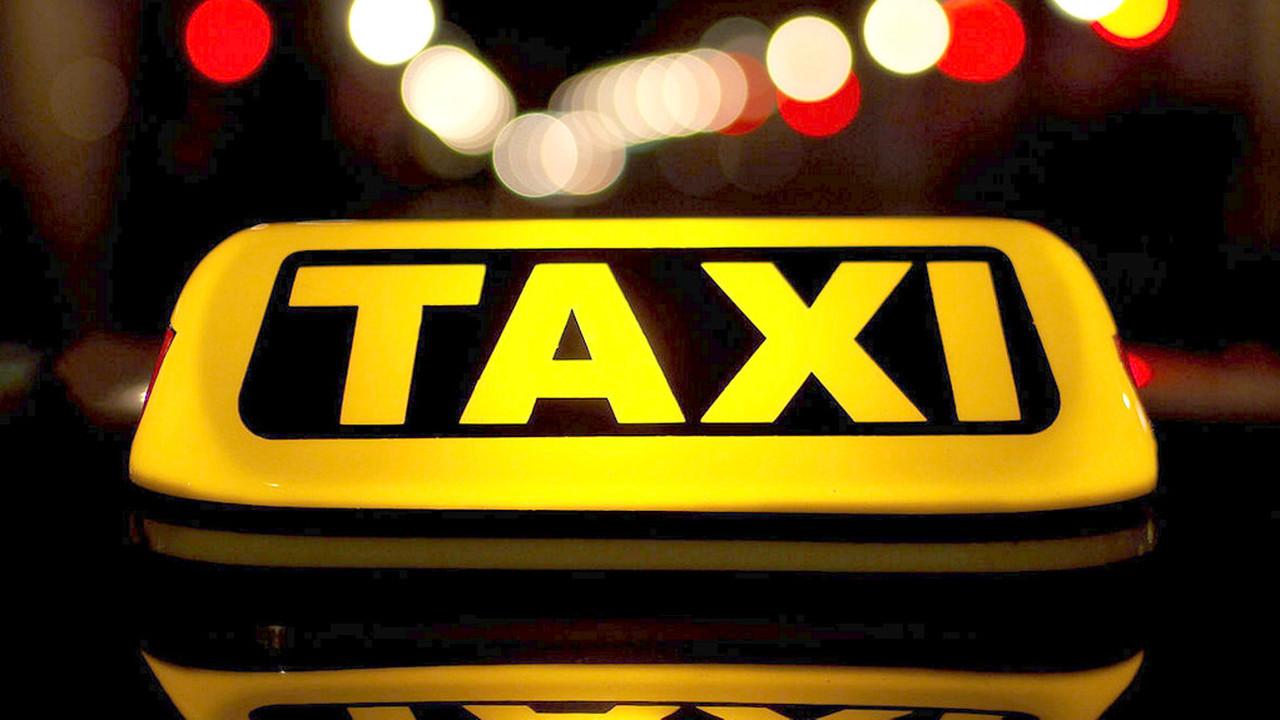 В среднем поездка на такси обходится в 450 руб.