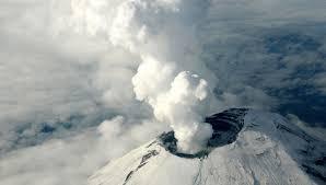 По-науатльски слово «попока» переводится как – дымящийся, а слово «тепетль» означает – холм. Поэтому слозное название Попокатепетль дословно переводится как «Дымящийся холм».